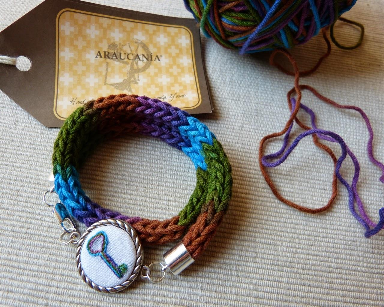 bransoletka na laleczce dziewiarskiej, zawieszka serce na szydełku, dziewiarstwo ręczne, biżuteria z dzianiny, biżuteria z haftem, cieniowana bawełna,