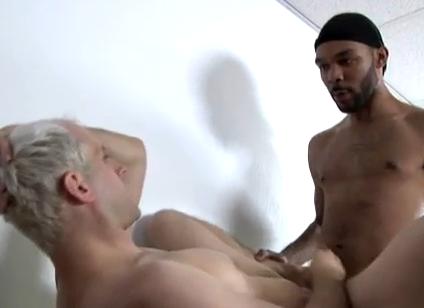 Loiro dá pra negão barbudinho e ganha porra na boca e na cara