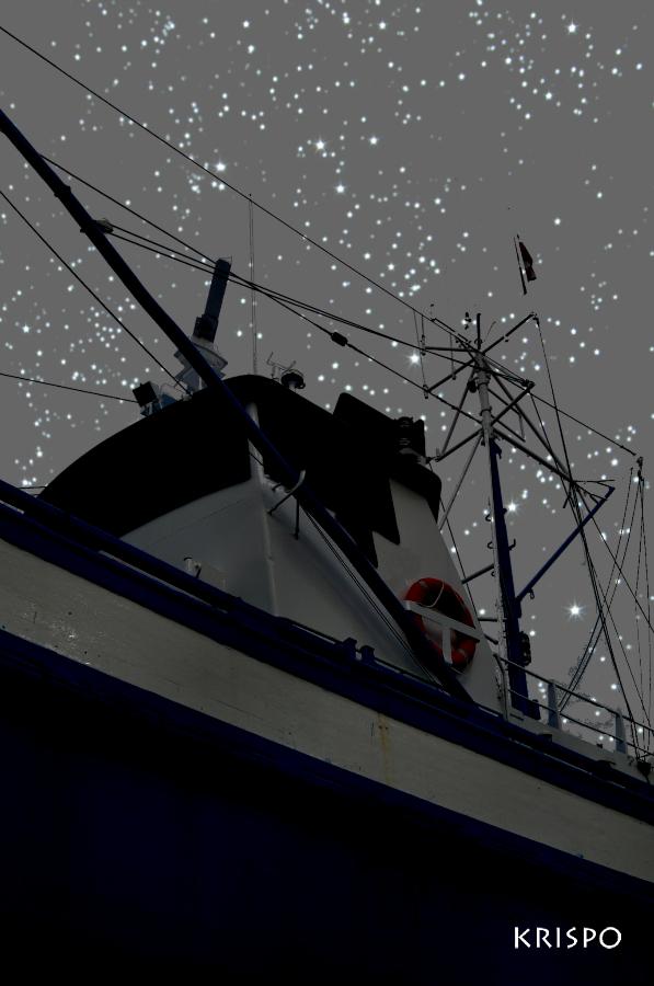 barco pesquero de madera en hondarribia bajo las estrellas