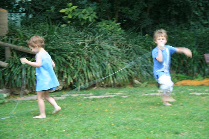 niños-jugando-telefono-casero-con-vasos