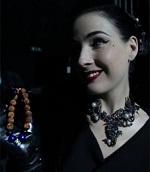 artis Dita Von Teese dan kalung jenitri