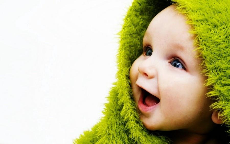 صورة لطفل يضحك