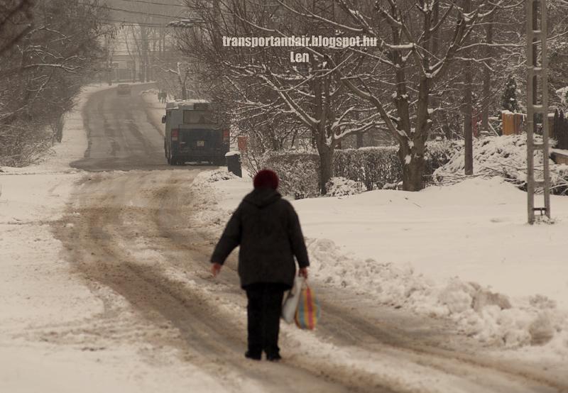Gyalogos egy behavazott utcán Budapesten