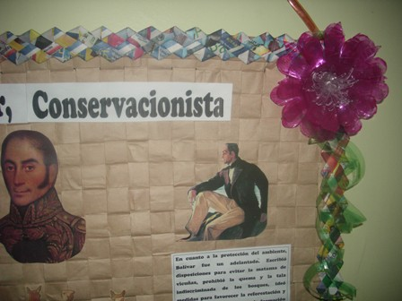Reciplast.: CARTELERA DECORADA CON FLORES DE BOTELLAS