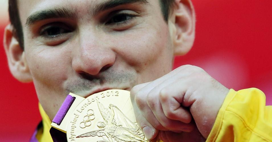 Arthur Zanetti beija a primeira medalha de ouro da história da ginástica artística brasileira - Crédito: Flávio Florido / UOL