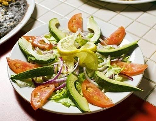 Ensalada de aguacate, cebolla y tomate