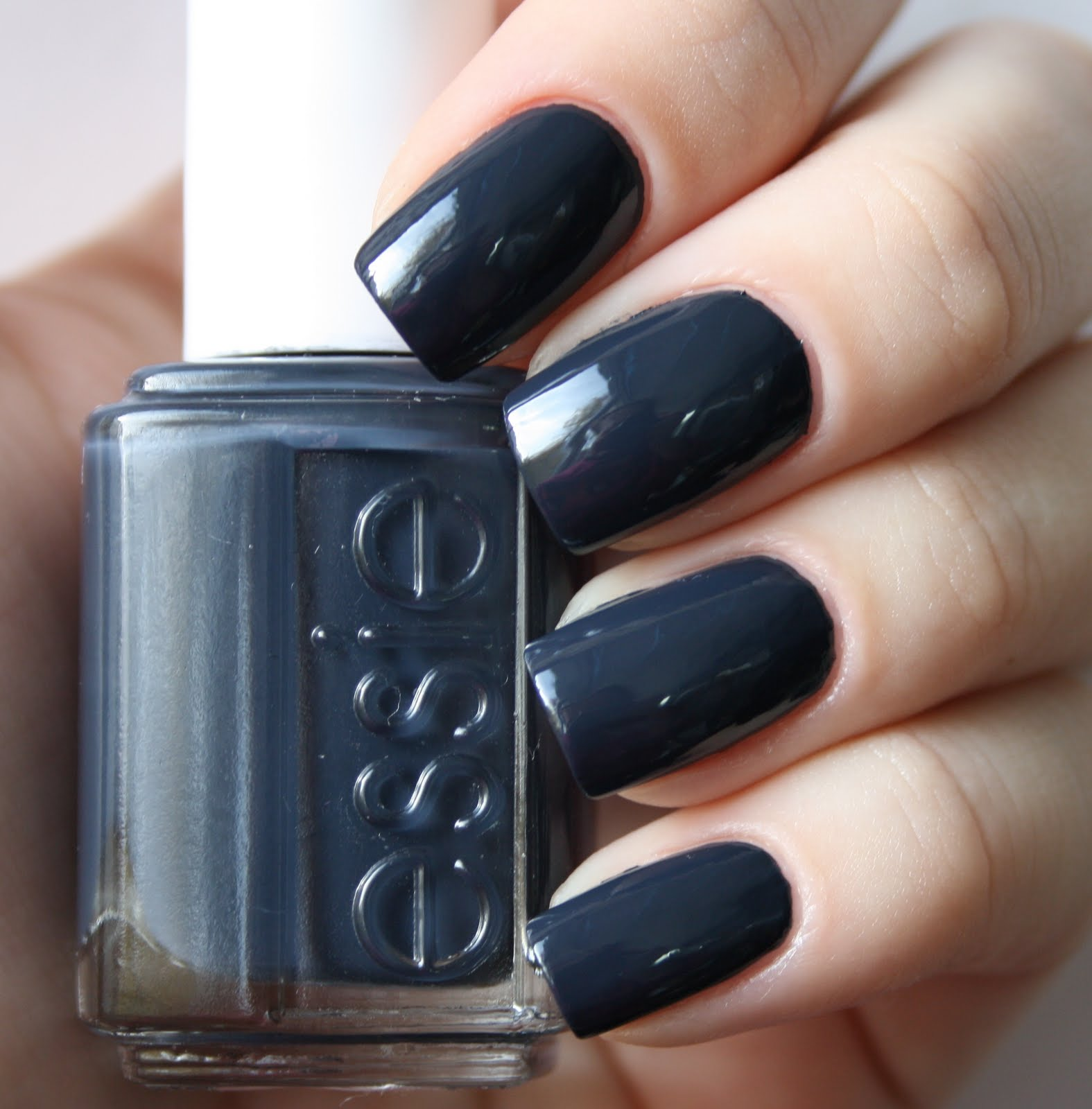 vique 39 s varnish essie bobbing for baubles. Black Bedroom Furniture Sets. Home Design Ideas