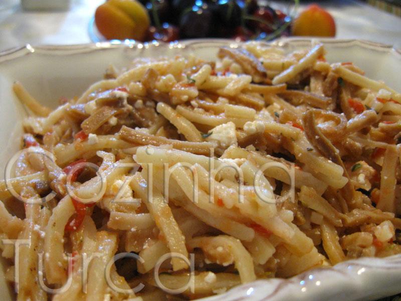 Massa Artesanal com Tomate e Feta (Domatesli Peynirli Erişte)