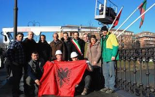 Parma , la bandiera d'Albania sventola sul Ponte delle Nazioni