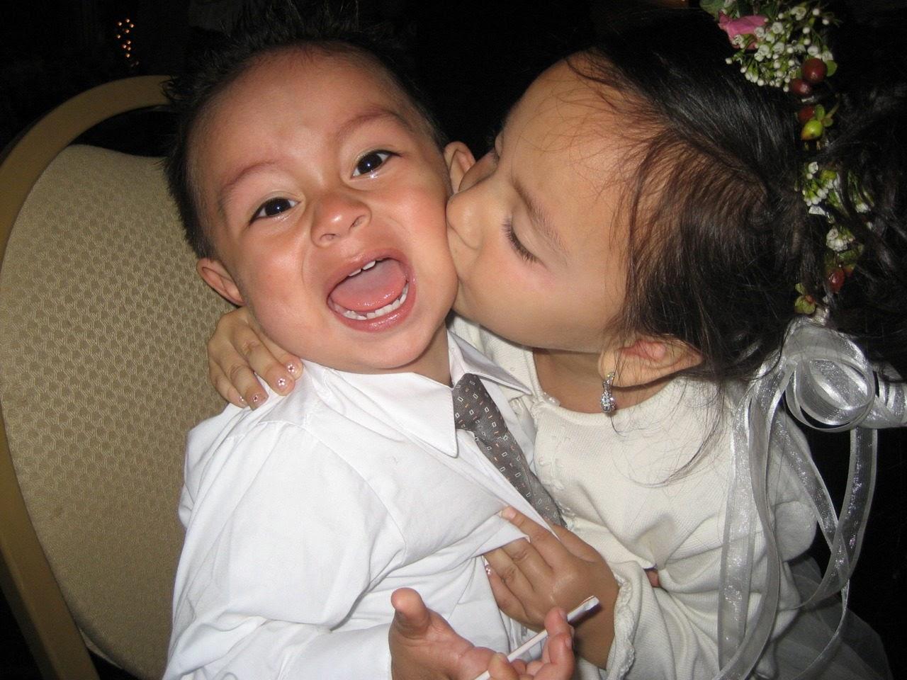 Gambar lucu bayi perempuan mencium bayi laki-laki