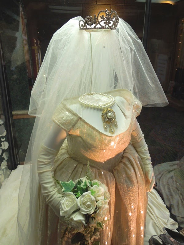Miss Piggy wedding costume Muppets Most Wanted