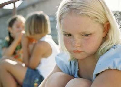imagem de uma criança vítima de bullying