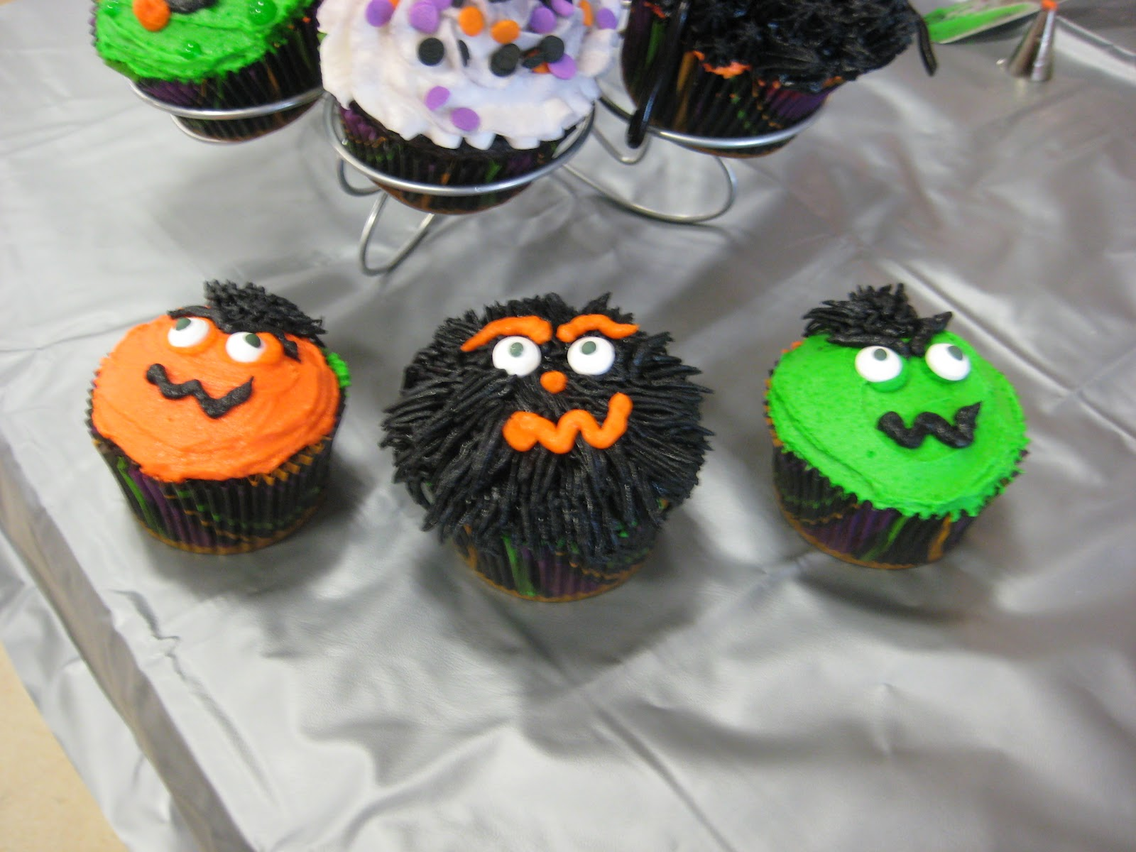 Halloween Cupcake Cake Decorating Ideas : Fun with Cake Decorating!: Here are some Halloween Cupcake ...