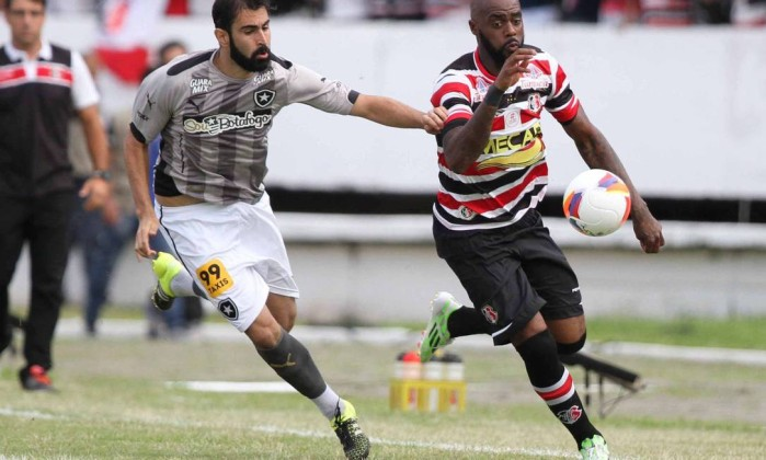 Grafite ganha de Renan Fonseca durante o jogo entre Santa Cruz e Botafogo - Marlon Costa / Futura Press/Folhapress