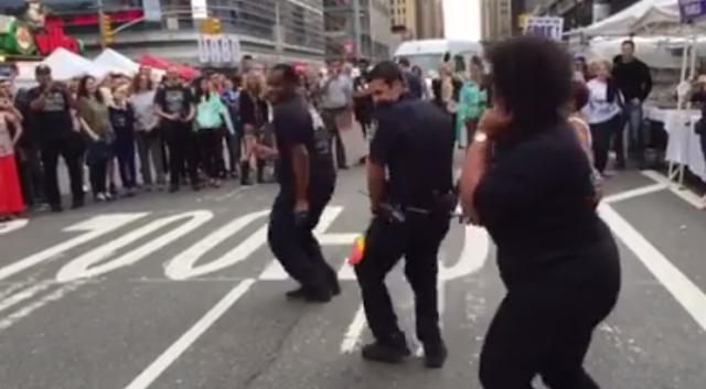 Policial dançando