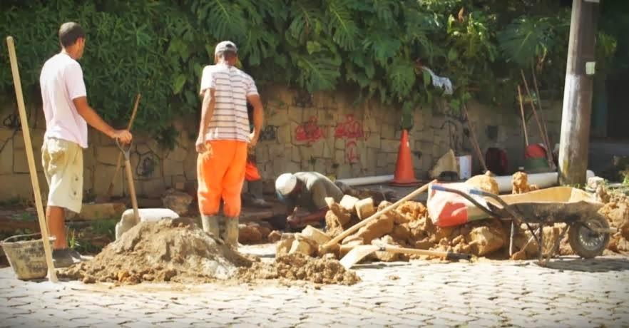 Funcionários da Prefeitura fazem reparos de galeria na Rua São Francisco, em Araras