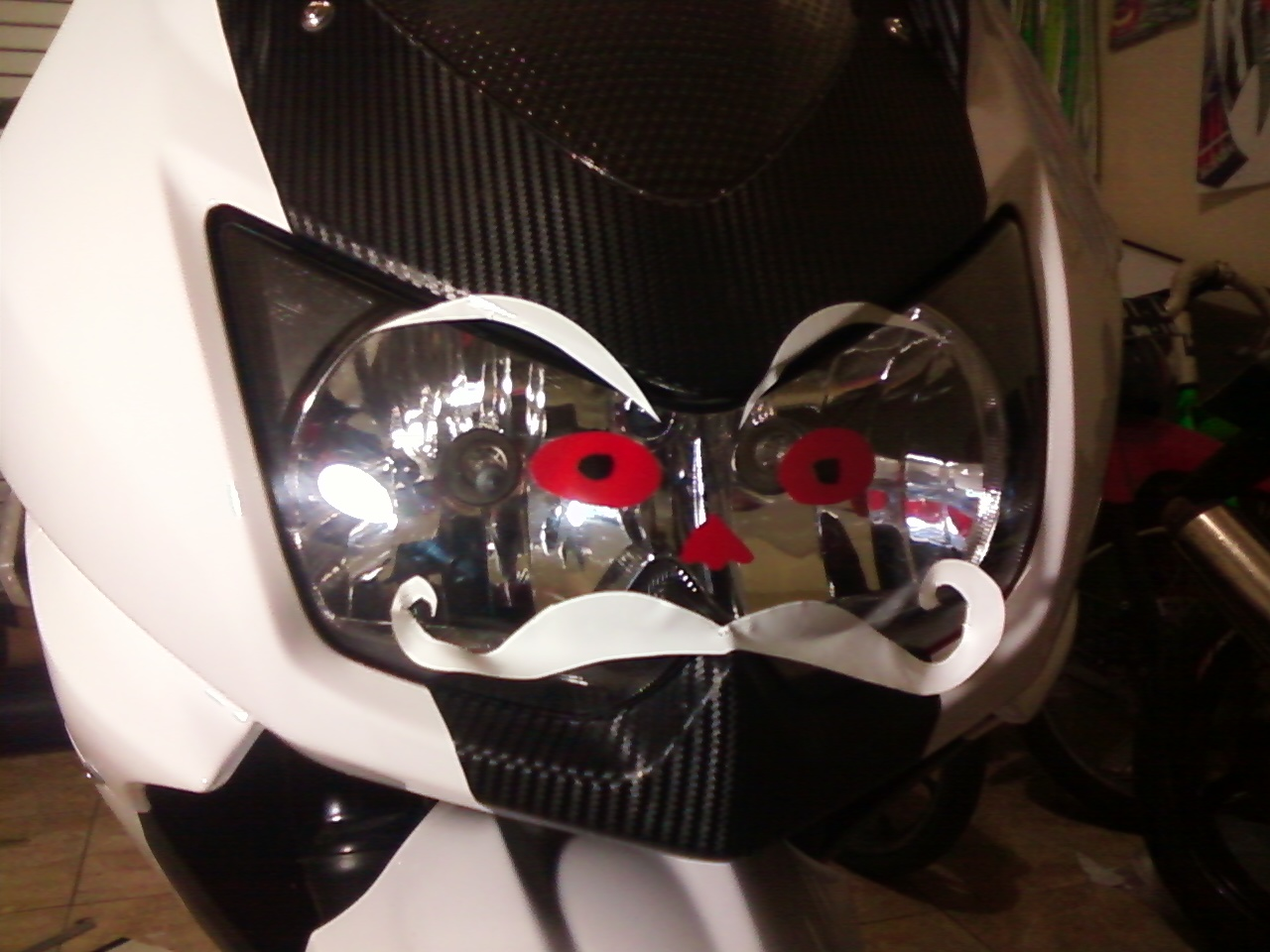 Ninja 250 Putih Cutting Sticker http://yosefcuttingsticker.blogspot.com/2012/07/custom-lampu-depan-ninja-250-creasi.html