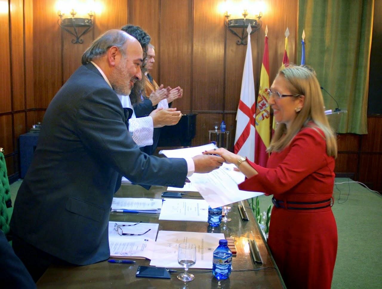 Recibiendo el diploma e insignia de manos de D. José Manuel Aranda, alcalde de  Calatayud