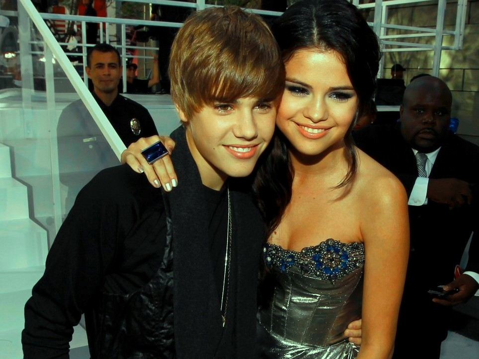 selena gomez and justin bieber kiss. Iswatch justin-ieber-kissing-