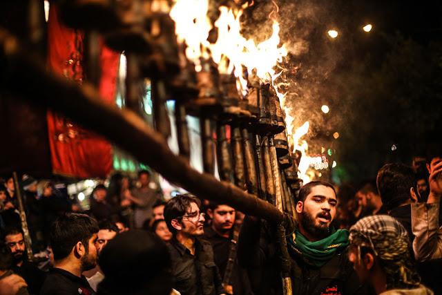 Tochas iluminam Teerã na Ashura