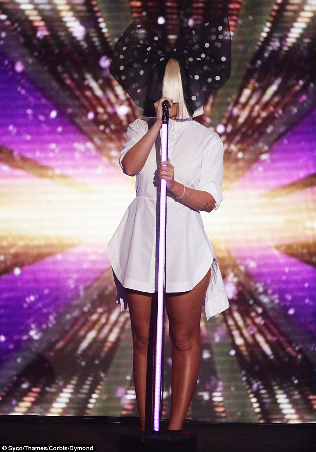 "Sia cantó ""Alive"" en The X Factor UK"