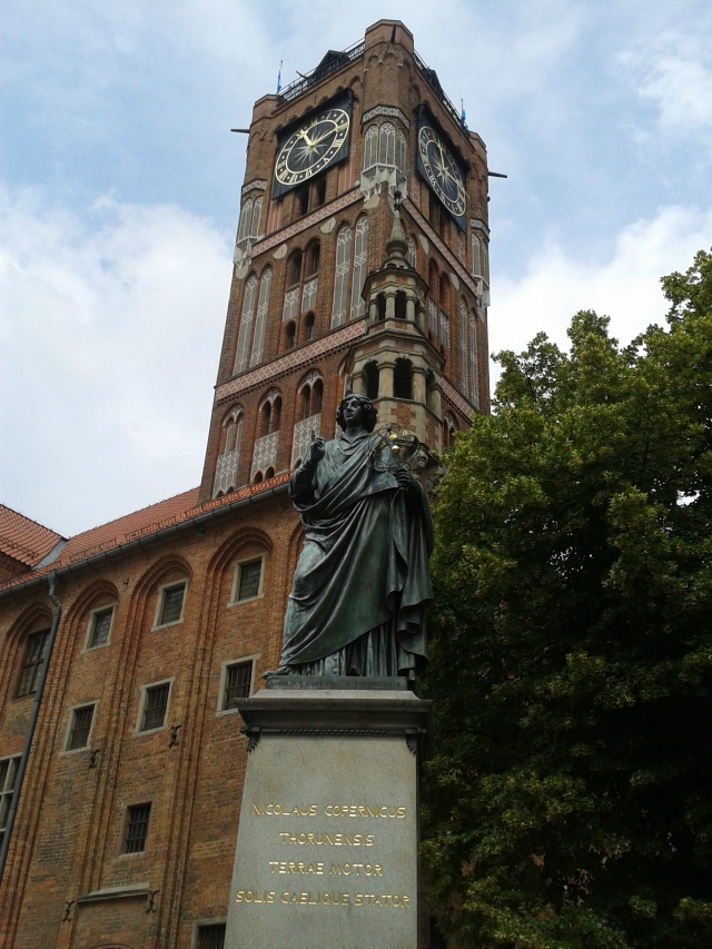 Plaza central de Torun con la estatua de Nicolás Copérnico