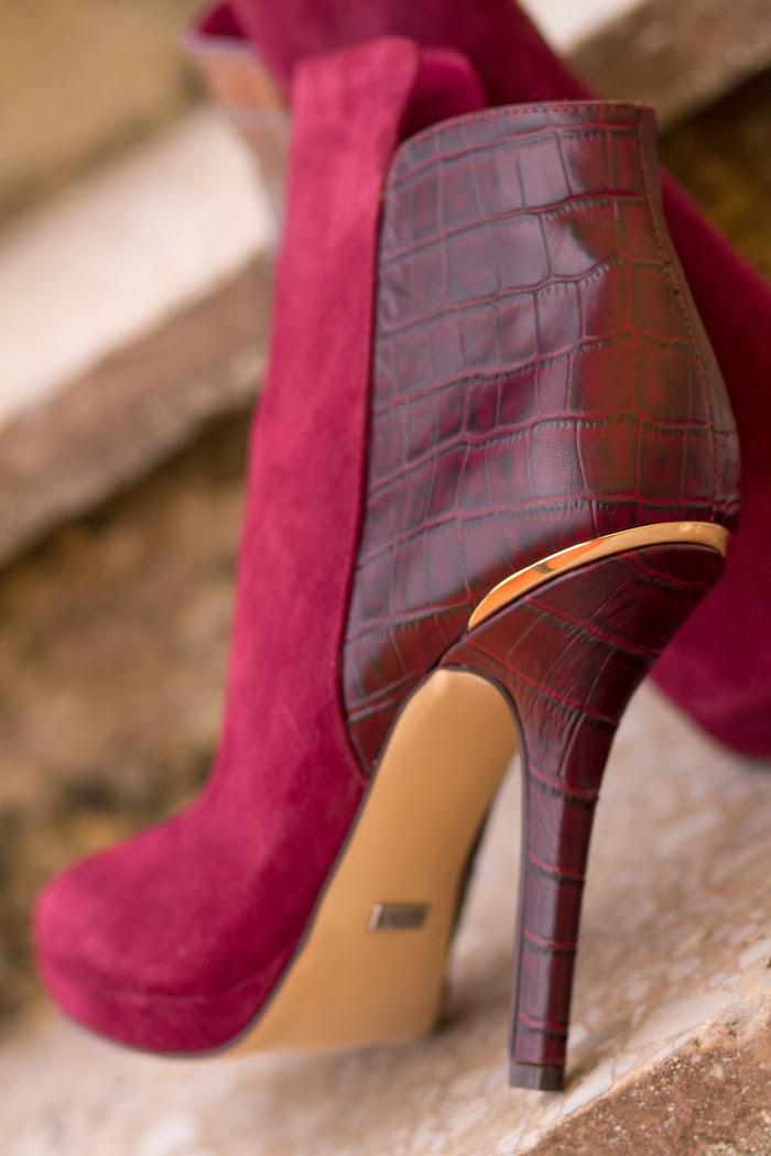 Detalle talón del botín Slope de MENBUR en color Burgundy
