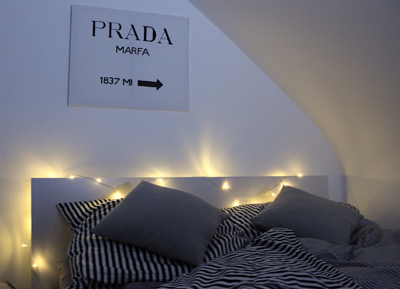 Interior Bedroom Striped Satin Bedding Lichterkette DIY Prada Marfa Bild Weinkiste