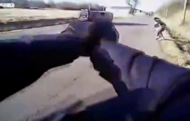 policia disparándole a un joven afroamericano