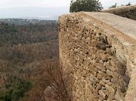 Detall del mur de migdia del castell