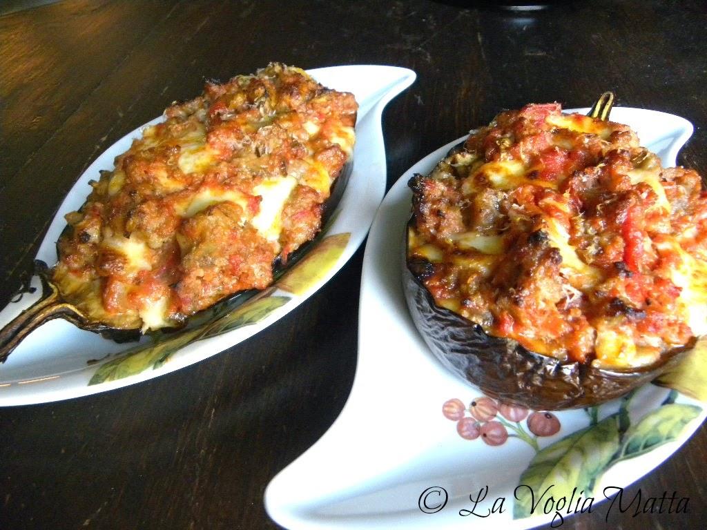 barcone di melanzane ripiene di mozzarella , salsiccia e pomodoro