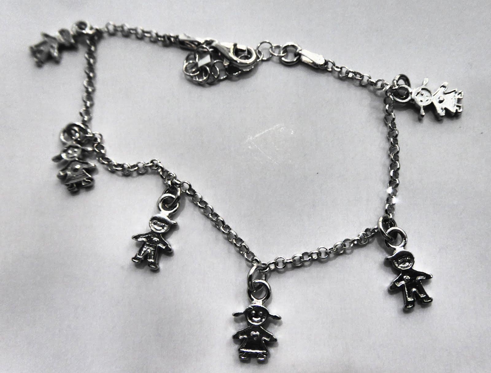Pulsera de plata con colgantes en forma de niños y niñas