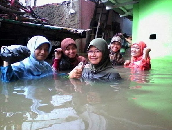 Tidak hanya di Jakarta, ketika lima kecamatan di Kudus terendam air ...