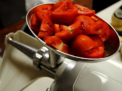 http://3.bp.blogspot.com/-zZ-0yAW0TKI/To8ES9nphjI/AAAAAAAAAoU/AkfDoDXM7FU/s1600/tomatoes-in-hopper.jpg
