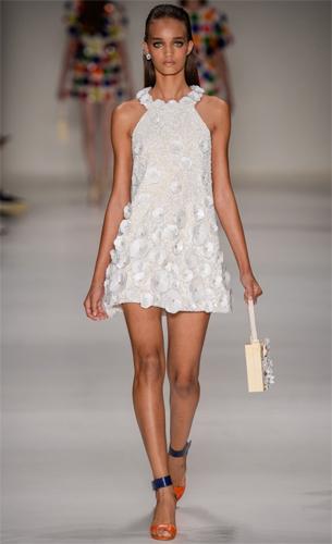 vestido com aplicações de flores PatBo coleção Verão 2016