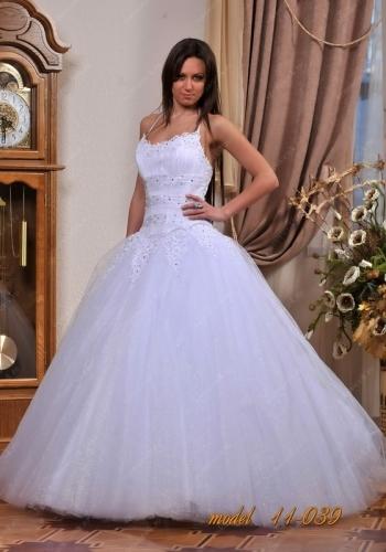 Облегающий корсет, пышная юбка со шлейфом и фата - классический образ сказочной невесты. Свадебное платье в стиле бального подойдет и высоким стройным