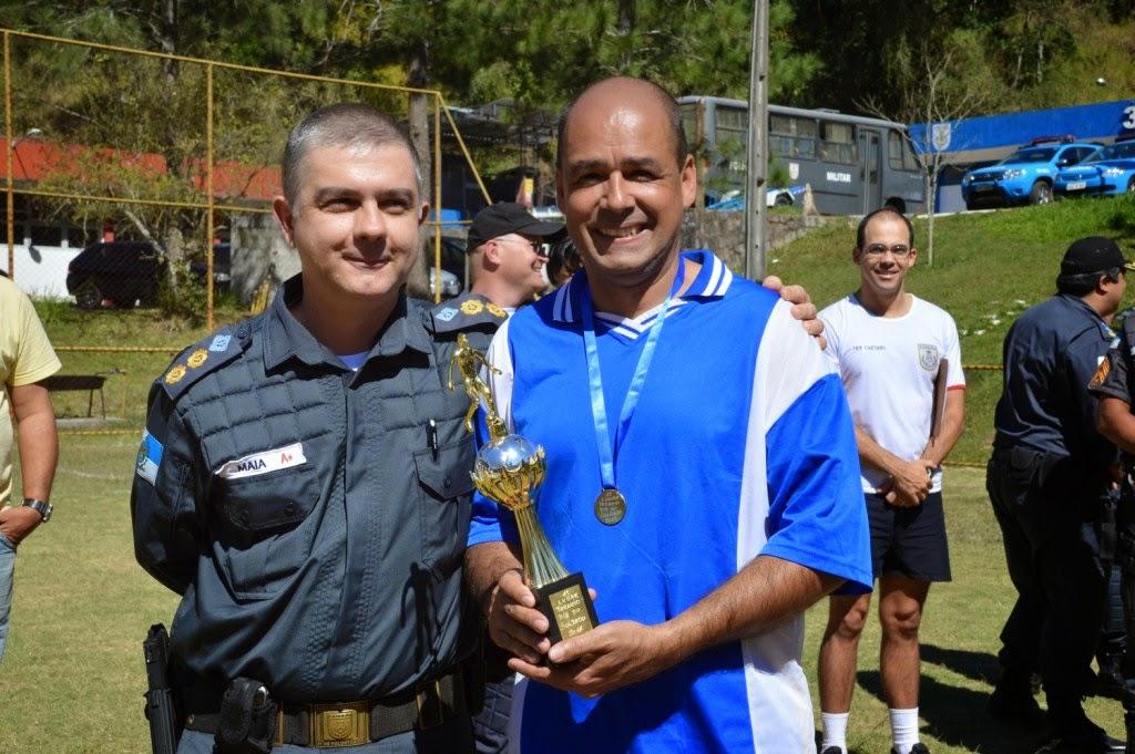 Comandante do 30° BPM, tenente-coronel Maia, entrega o troféu de campeão do torneio ao capitão Mauro Dias
