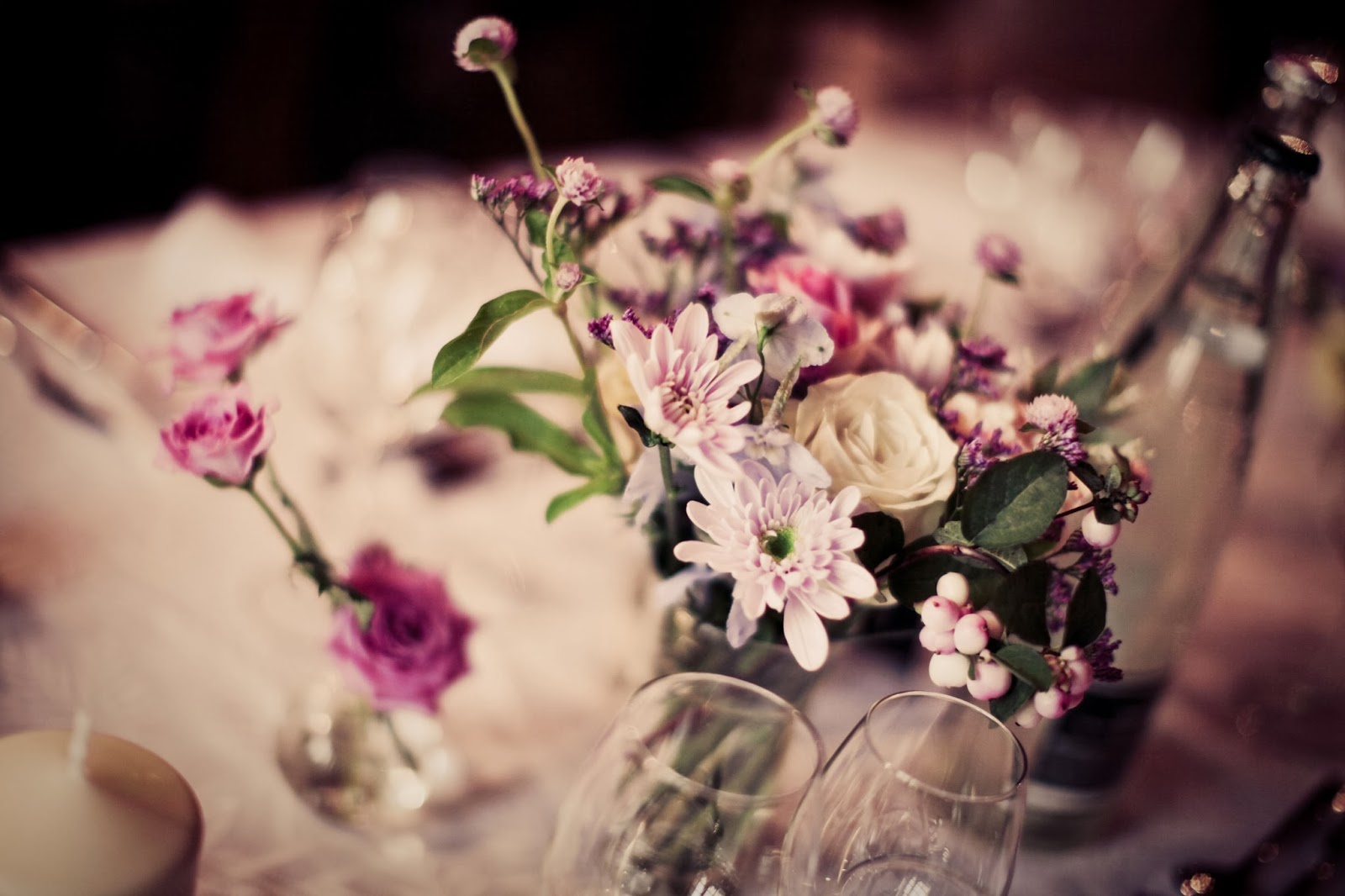 Floral decoration on a wedding table - wedding photographer : Elisabeth Perotin