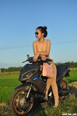 Chica Vietnamita con su moto