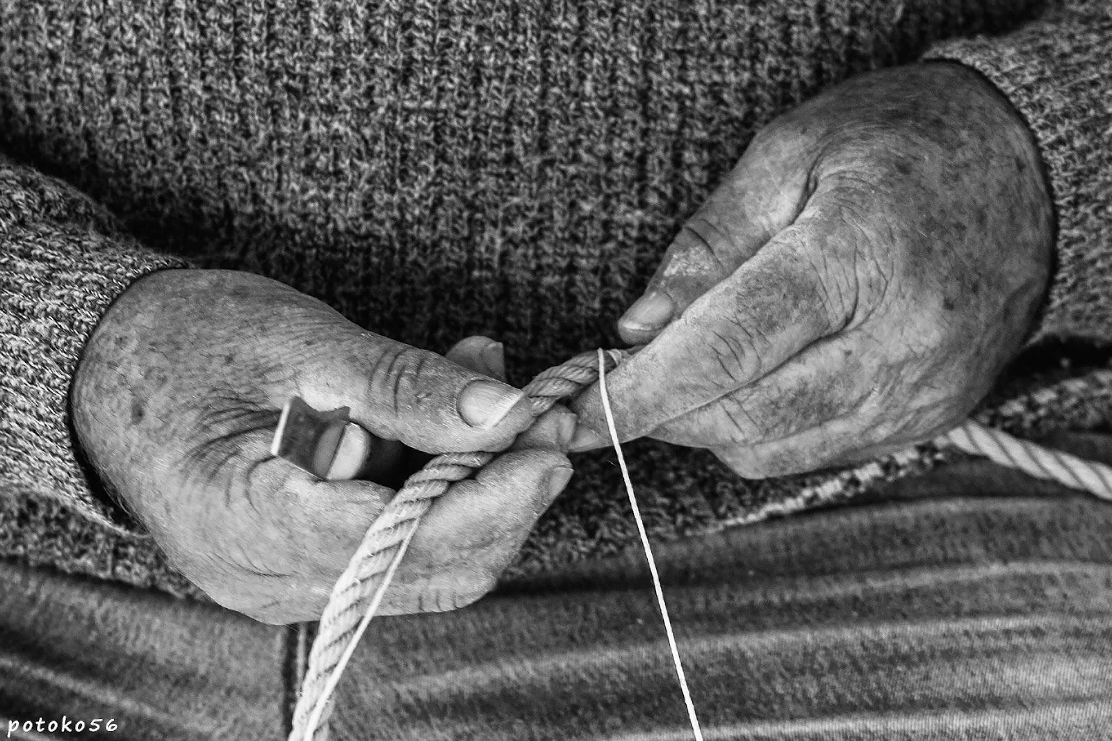manos de pescador arreglando redes Rota