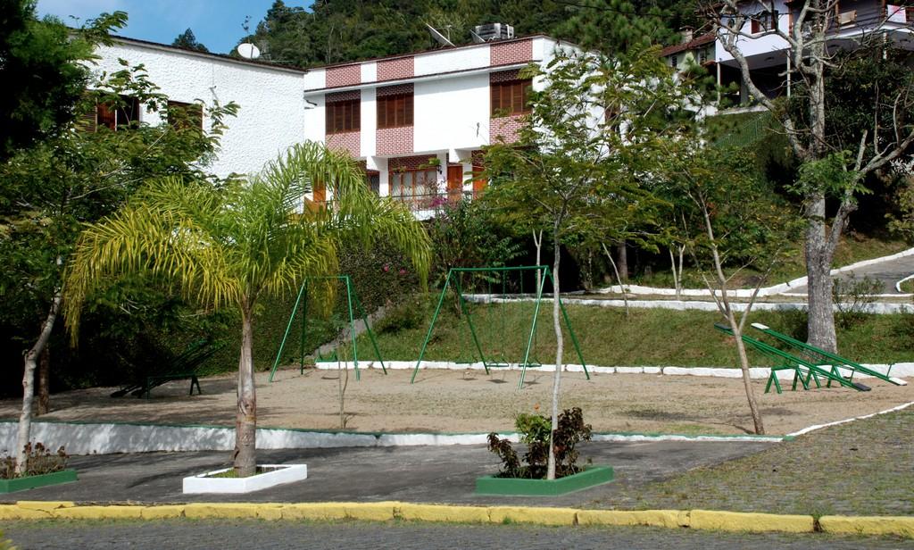 A pracinha de Taumaturgo também foi contemplada com recuperação do piso e da pérgula, reforma dos brinquedos, capina, limpeza, poda de árvores e de grama e plantio de mudas nativas