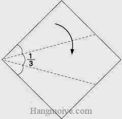Bước 1: Gấp chéo cạnh giấy xuống phía dưới.