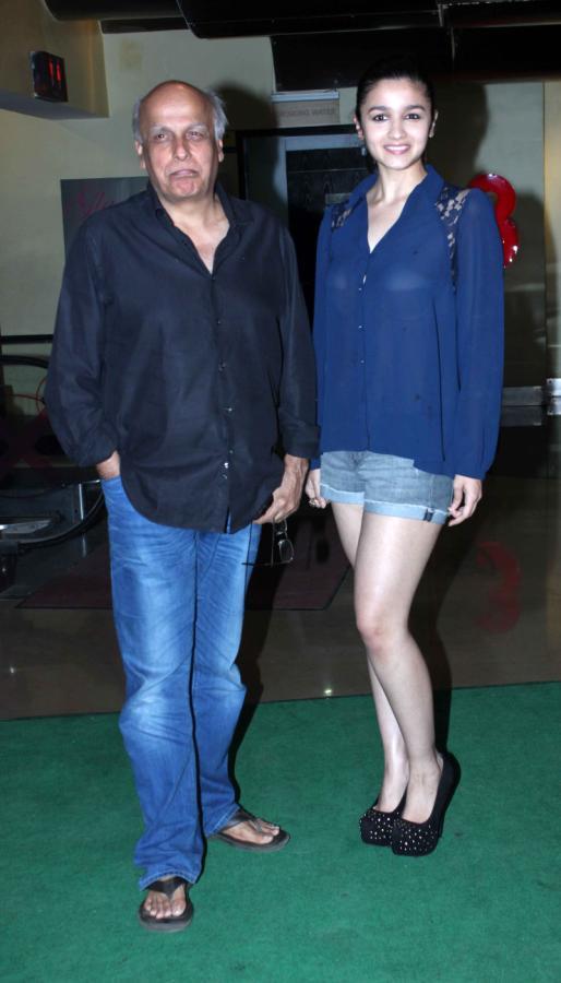 Alia Bhatt with Father Mahesh Bhatt!  Murder-3-Movie-Special-Screening-1