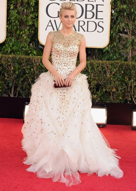 Джулиан Хоуг в пищна рокля бяло и златно на Monique Lhuillier