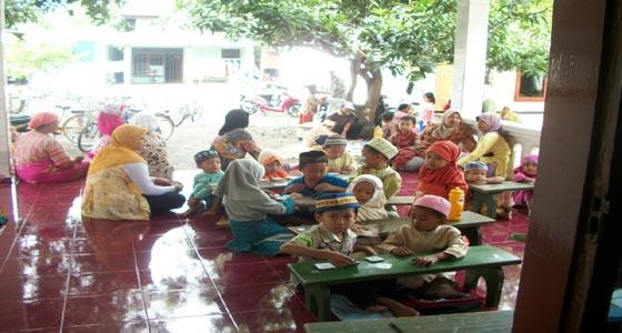 Anak TPQ Al Ghozali Belajar Membaca Al-Quran di Teras Rumah Warga