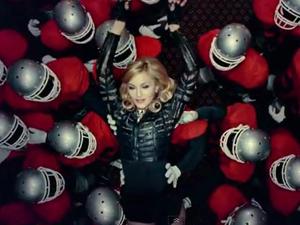 Madonna no clipe de 'Give me all your luvin' (Foto: Divulgação)