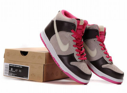 Maybe this nike dunks women shoes can be suit for the people who like dark  color but also want a little change.