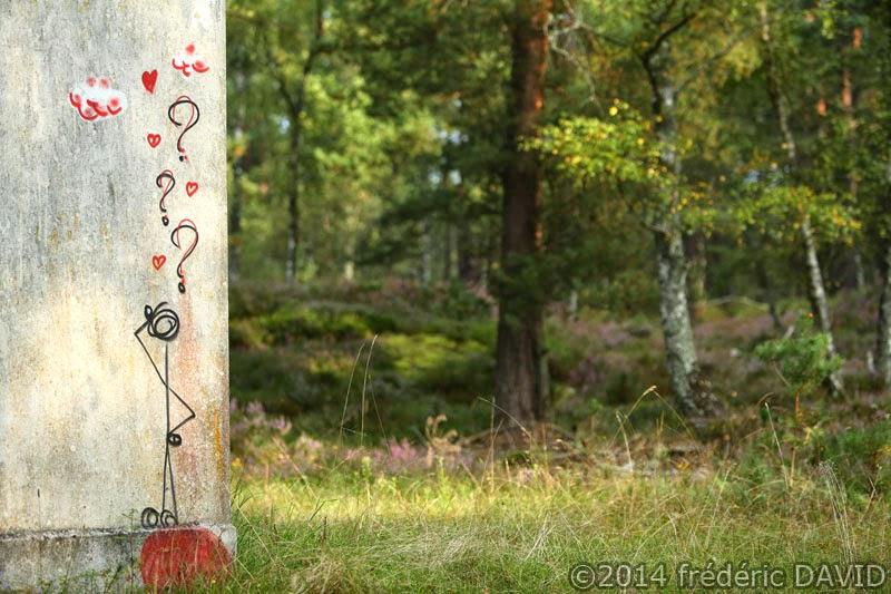 bruyère maison graffiti dessin cabane insolite forêt Fontainebleau Seine-et-Marne