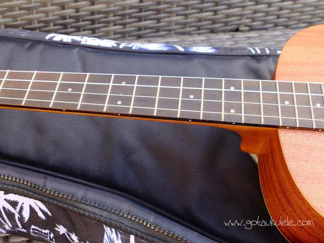 Mahalo U320B Baritone ukulele fingerboard