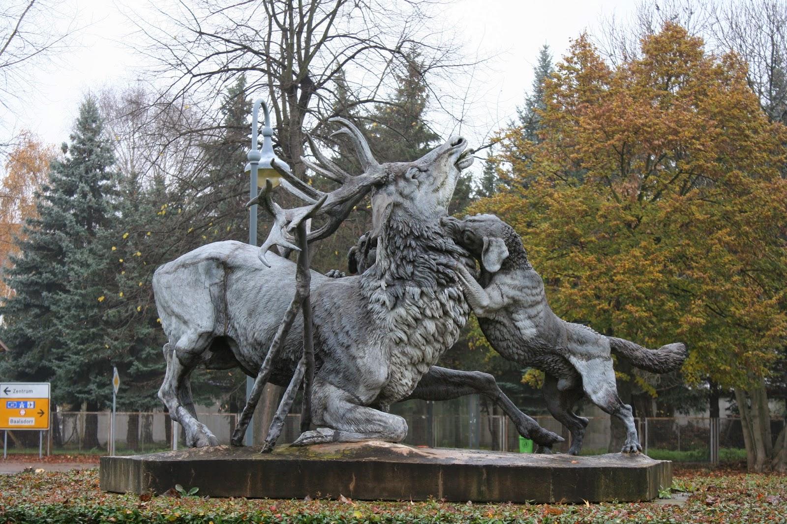 Der Mythos der Hirschplastik besagt, daß Diana (die Göttin der Jagd), den Jäger Akteon als Strafe in einen Hirsch verwandelt und von seinen eigenen Hunden zu Tode gehetzt wird